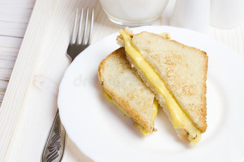 Domowej roboty piec na grillu serowa kanapka dla śniadania fotografia royalty free