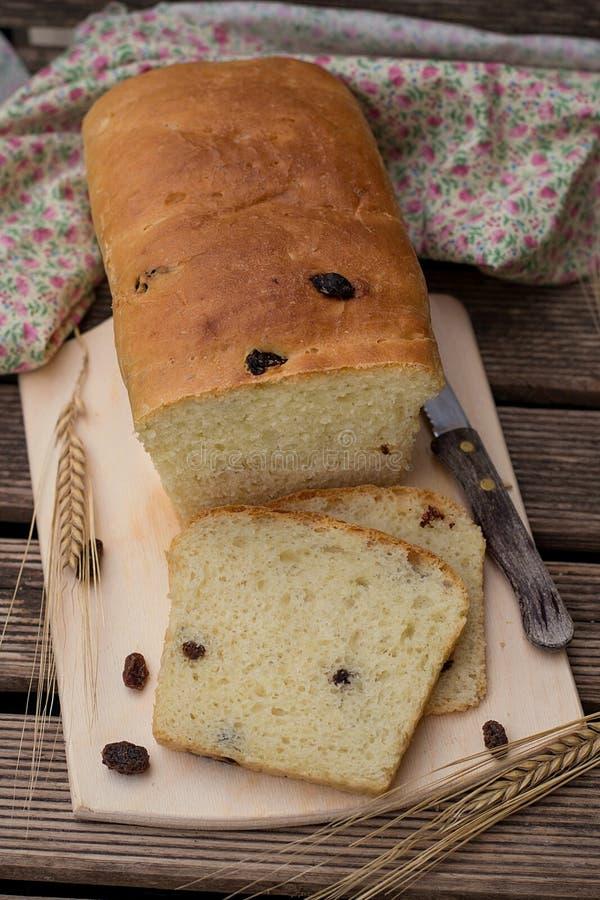 Domowej roboty piec s?odki bia?ego chleba brioche z rodzynkami zdjęcia stock