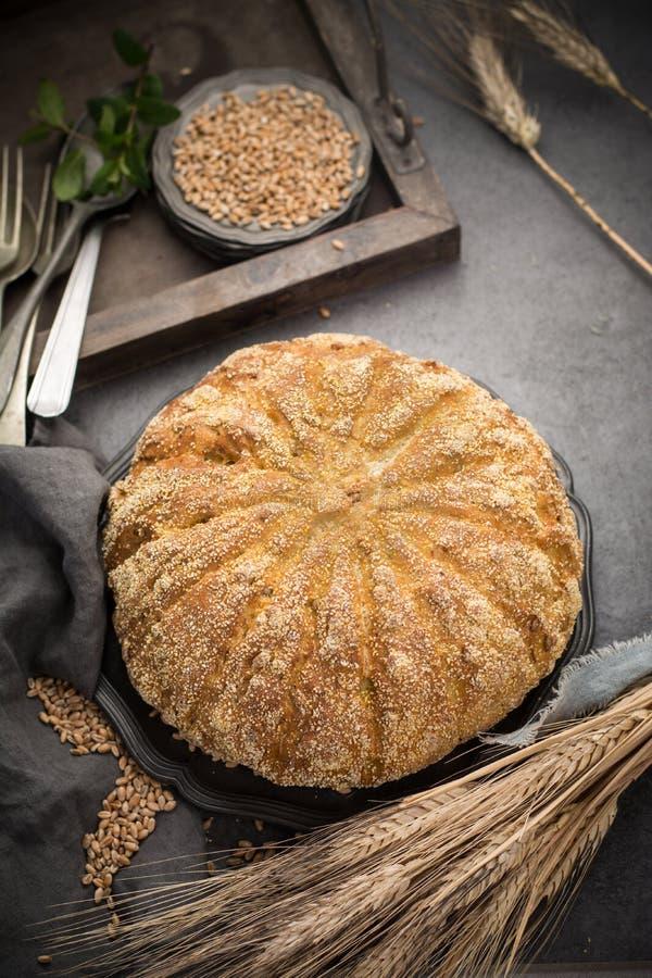 Domowej roboty piec wokoło chleba z kukurudzą i banatką zdjęcia royalty free