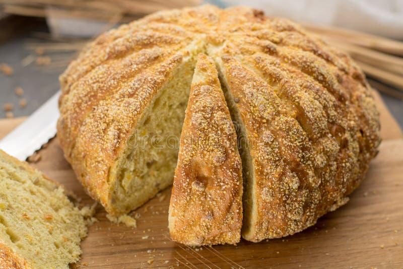 Domowej roboty piec wokoło chleba z kukurudzą i banatką fotografia stock