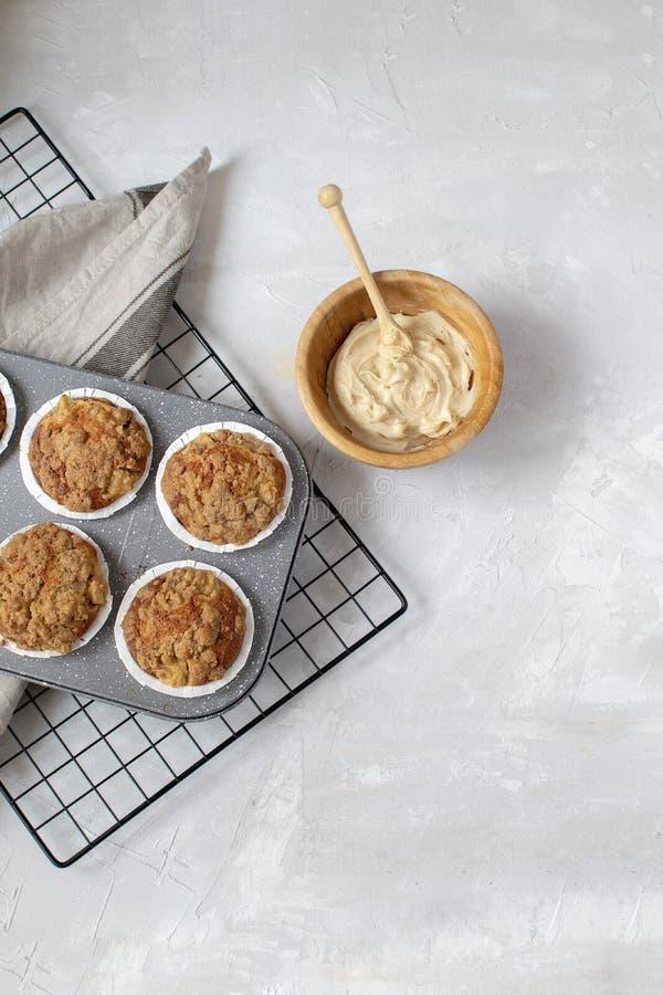 Domowej roboty pieczenie - świezi piec jabłczani słodka bułeczka na deaktywacji dręczą, spiced, masło w drewnianym pucharze, biał obrazy royalty free