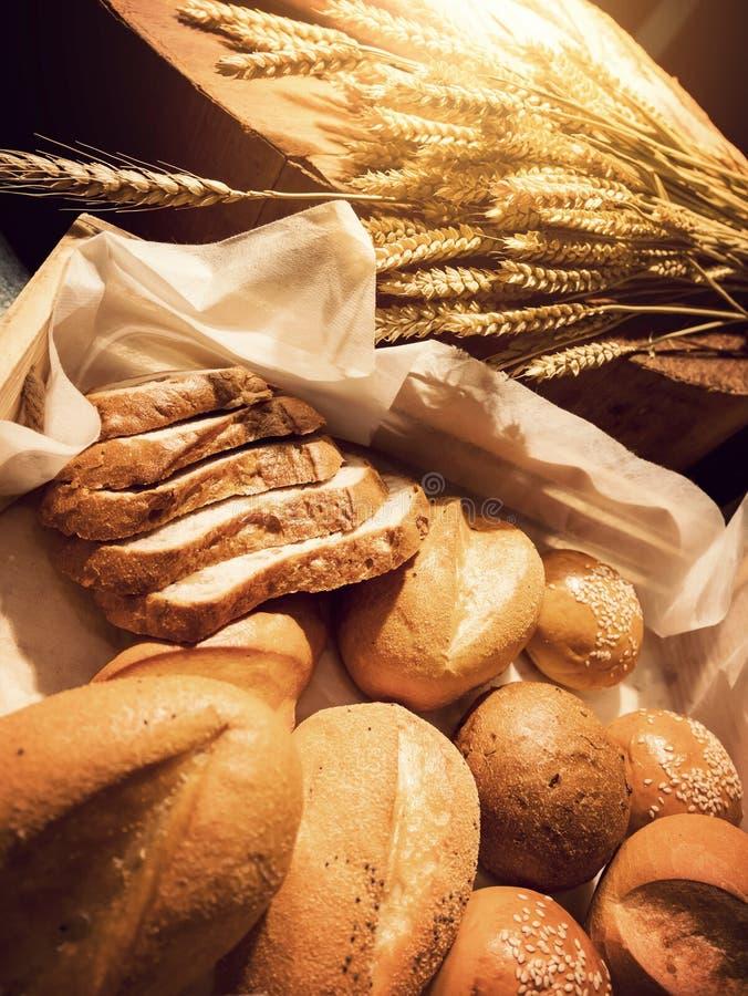 Domowej roboty piekarni pojęcie: świeży chleb i banatka na stole zdjęcie royalty free