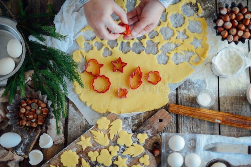 Domowej roboty piekarnia robi, piernikowy ciastka zakończenie xmas swee zdjęcie stock