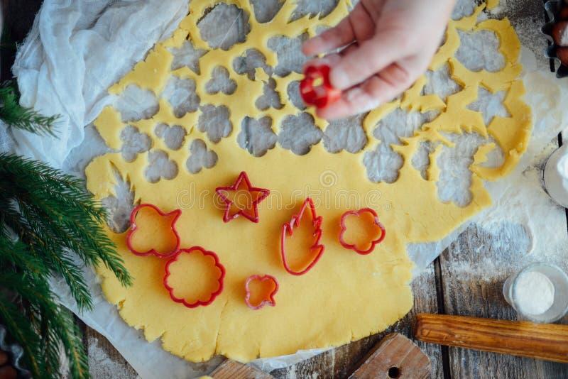 Domowej roboty piekarnia robi, piernikowy ciastka zakończenie xmas swee zdjęcia stock