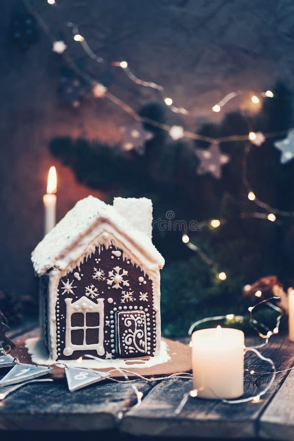 Domowej roboty piernikowy dom dekorował z świeczkami i bożonarodzeniowe światła fotografia stock