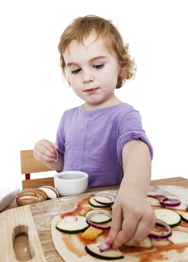 Domowej roboty pizza śliczną małą dziewczynką zdjęcia royalty free
