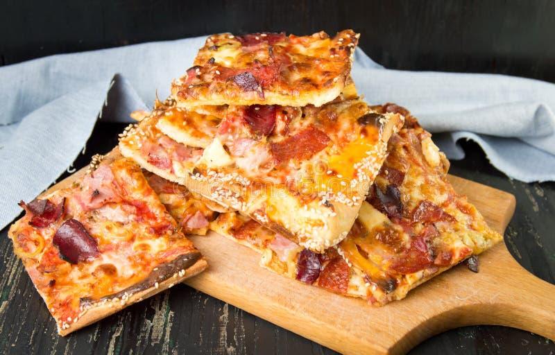 Domowej roboty pizza plasterki na stosie zdjęcia stock