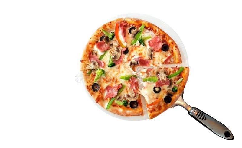 Domowej roboty pizza z baleronem i pieczarkami odizolowywającymi na białym backgroud, ścieżka obrazy stock