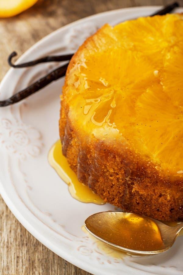 Domowej roboty pomarańcze tort do góry nogami obrazy stock