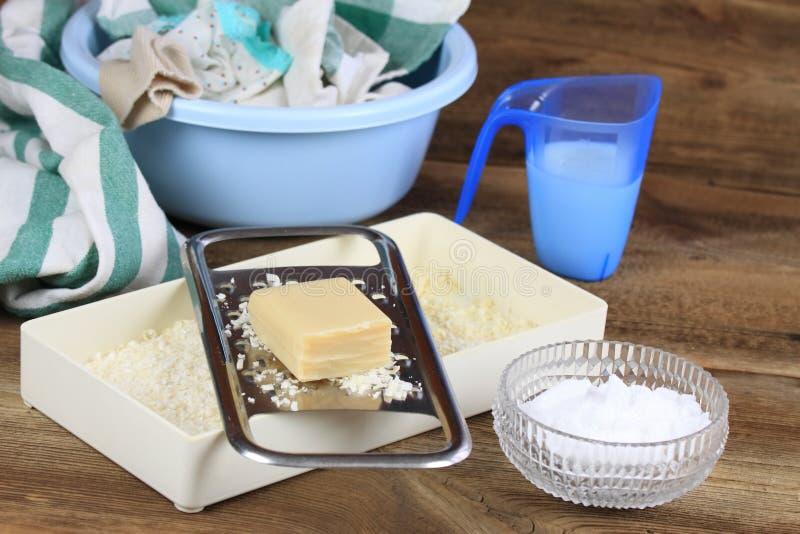 Domowej roboty pralniany detergent robić od mydła, krystalicznego sodium i wody, zdjęcie stock