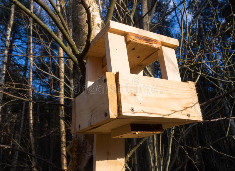 Domowej roboty ptasi dozowniki robić drewniani bary fotografia stock