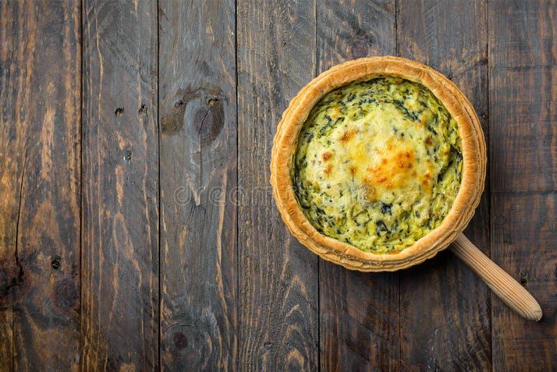 Domowej roboty ptysiowego ciasta quiche Lorraine z leeks szwajcarskim gruyere i miękki koźli ser z klawą złotą skorupą na porcji  zdjęcie royalty free