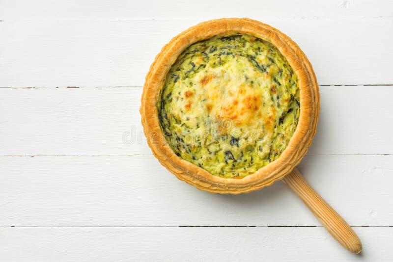 Domowej roboty ptysiowego ciasta quiche Lorraine z leeks szwajcarskim gruyere i mi?kki ko?li ser z klaw? z?ot? skorup? na porcji  obraz royalty free