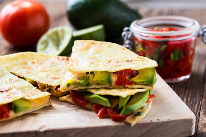 Domowej roboty quesadilla, tortilla wypełniał z serem i warzywem fotografia royalty free