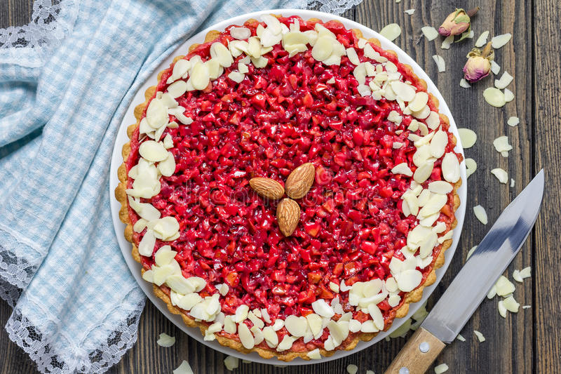Domowej roboty różowy praline tarta, odgórny widok zdjęcia royalty free