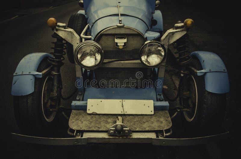 Domowej roboty rocznik rasy błękitny samochód w 20's projektuje fotografia royalty free