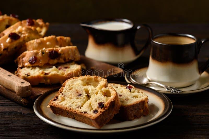 Domowej roboty słodki chlebowy bochenek z cranberries i białą czekoladą zdjęcie stock