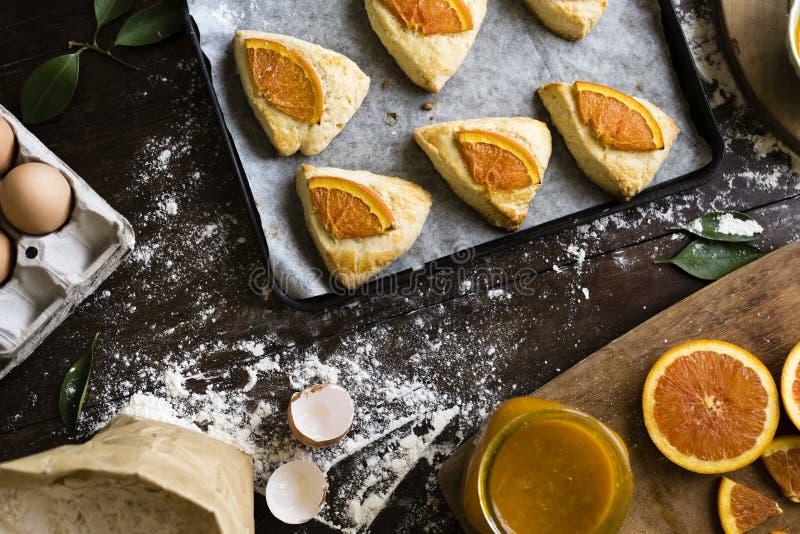 Domowej roboty scones z pomarańczowego dżemu fotografii przepisu karmowym pomysłem obrazy stock