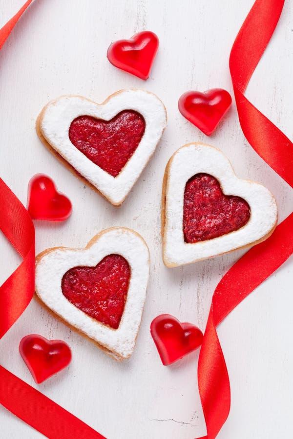 Domowej roboty serce kształtował ciastko prezent z dżemu i czerwieni faborkami dla fotografia stock