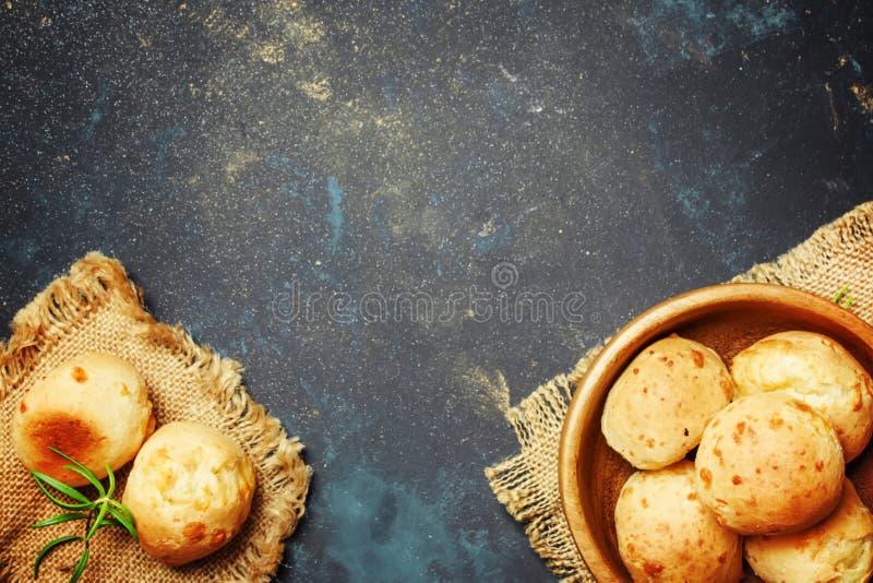 Domowej roboty serowe babeczki w balowym kształcie z rozmarynami, wieśniaka styl, fotografia royalty free