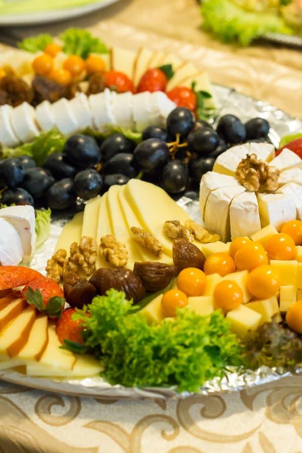 Domowej roboty serowy półmisek różni sery obraz royalty free