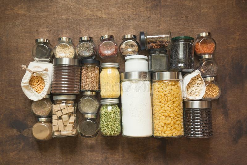 Domowej roboty set wholegrain zboża, makaron, pikantność, kawa, mąka, cukier na drewnianym tabletop na widok zdjęcia stock