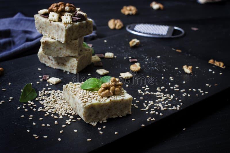 Domowej roboty sezamowy burfi Surowy zdrowy weganinu deser zdjęcia royalty free