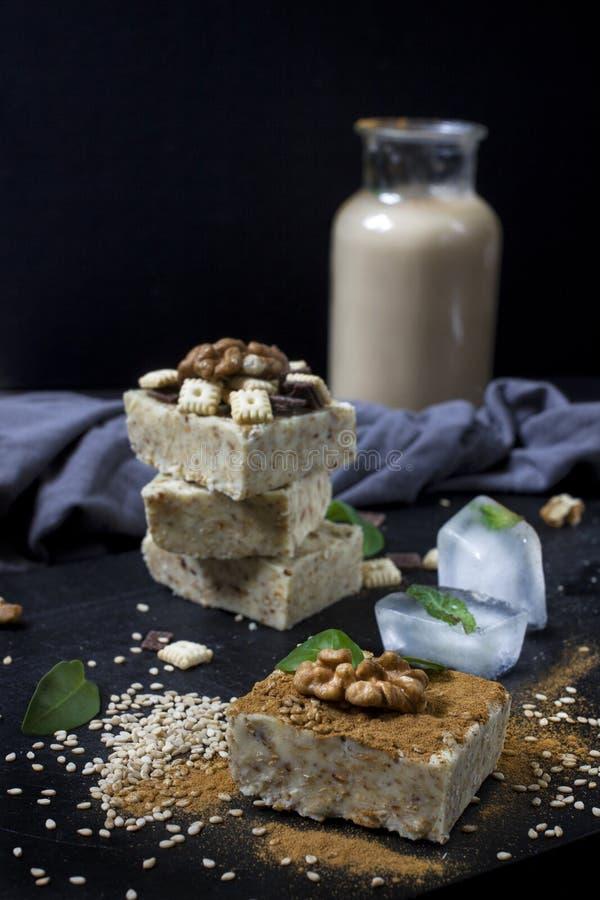 Domowej roboty sezamowy burfi Surowy zdrowy weganinu deser zdjęcie royalty free