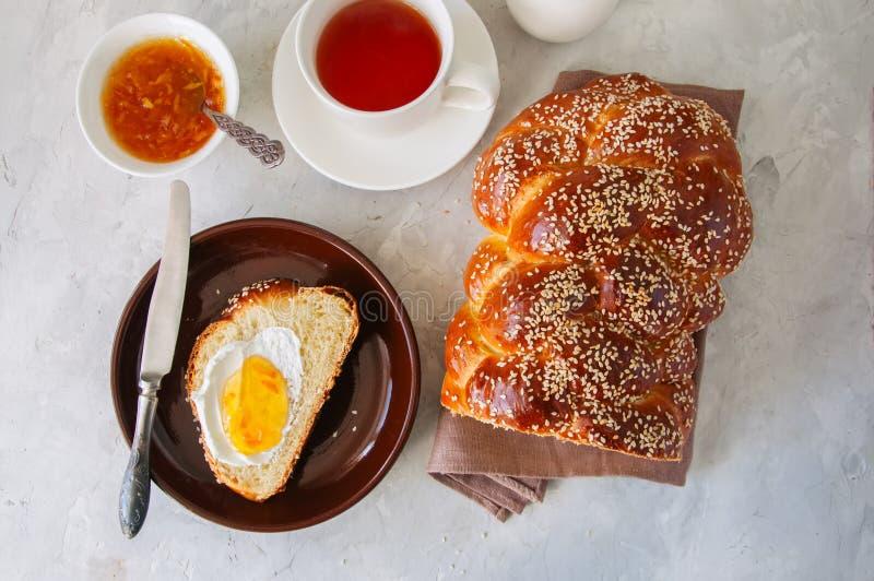 Domowej roboty sezamowych ziaren challah chleb, plasterek challah z dżemem zdjęcie royalty free