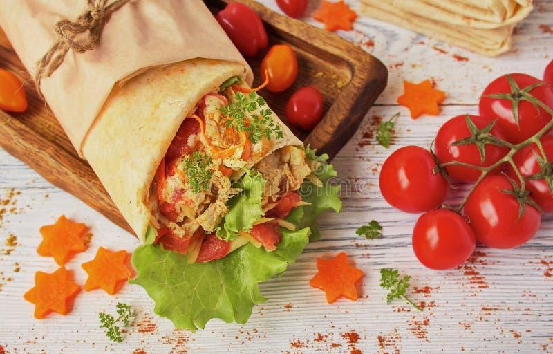 Domowej roboty Shawarma kurczak w pita z świeżymi warzywami obrazy royalty free