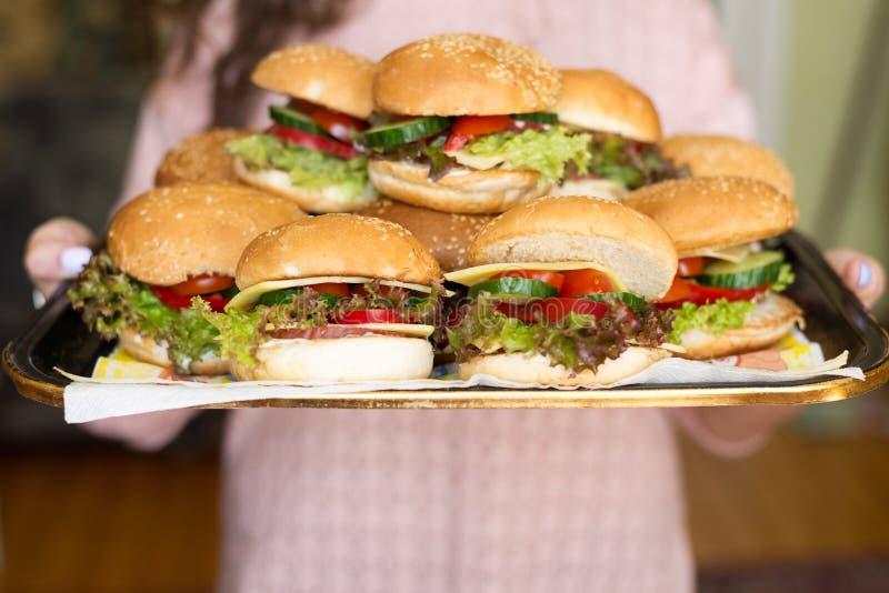 Domowej roboty smakowity hamburger z wołowiną, serem i karmelizować cebulami, Uliczny jedzenie, fast food obraz royalty free