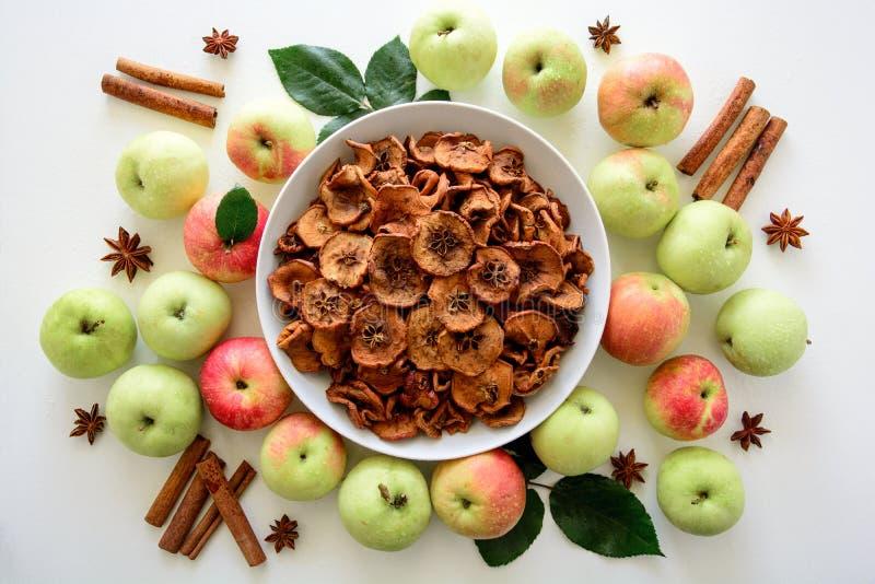 Domowej roboty suszący organicznie jabłko pokrajać crispy jabłczanych układy scalonych z świeżym jabłkiem i cynamonem na białym d zdjęcia royalty free