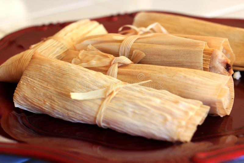Domowej roboty tamales przygotowywający dla gościa restauracji obrazy royalty free