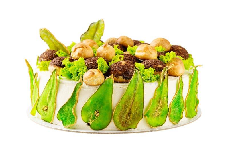 Domowej roboty tort dekorujący z zielenią barwił bonkrety i profiterole obrazy stock