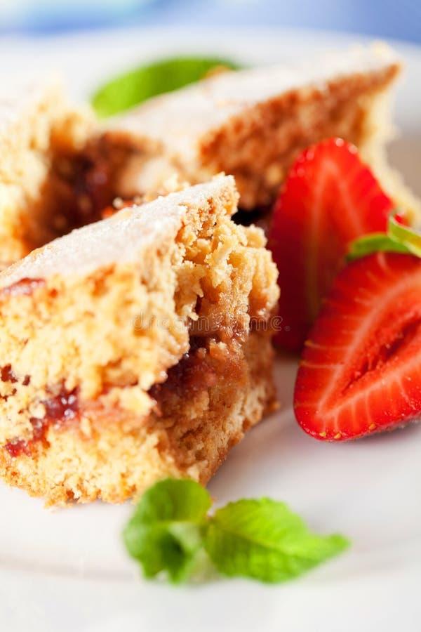 Domowej roboty tort słuzyć z truskawkami zdjęcie stock
