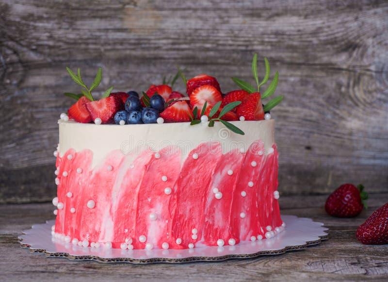 Domowej roboty tort z biel menchii truskawkami i śmietanką zdjęcia royalty free