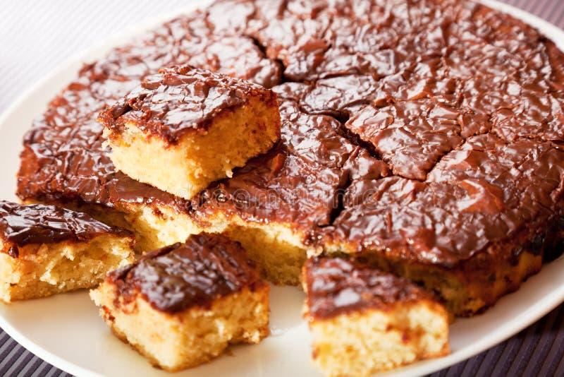 Domowej roboty tort z czekoladowym glazerunkiem obraz stock