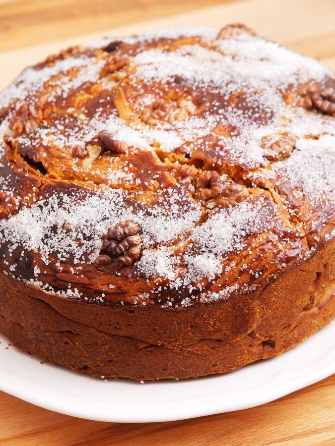 Domowej roboty tort z wysuszonymi owoc obraz royalty free