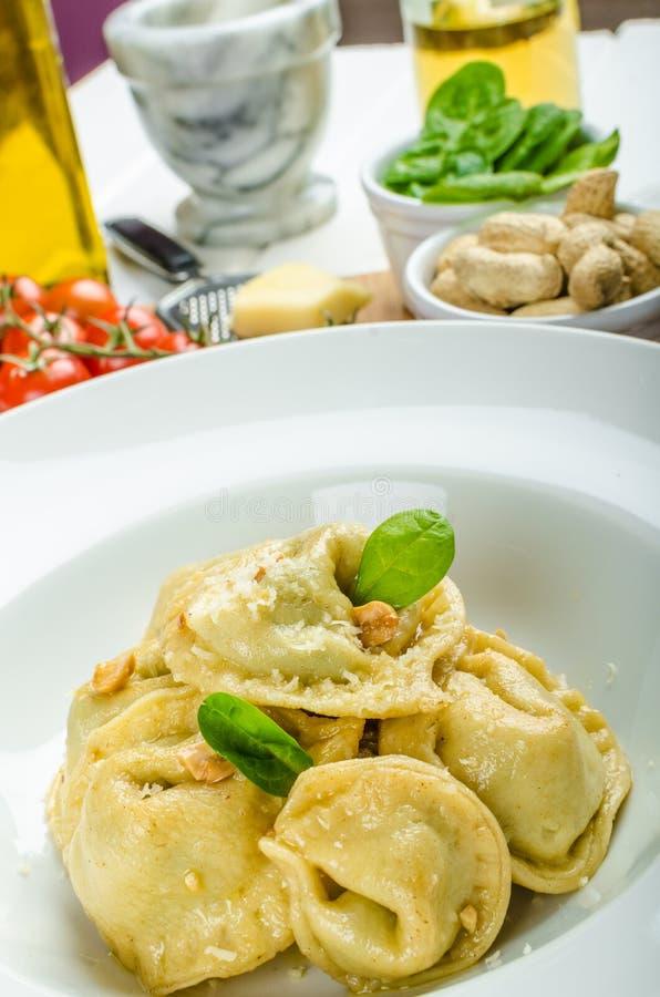 Domowej roboty tortellini faszerujący z szpinakiem i czosnkiem zdjęcie stock