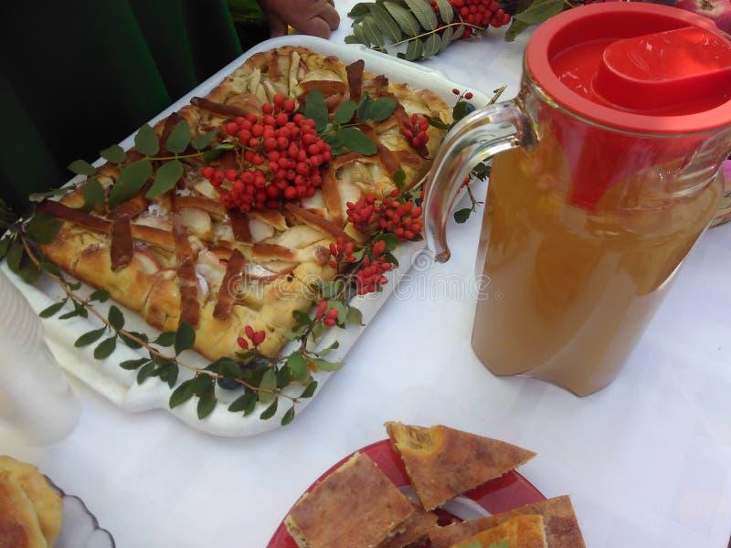 Domowej roboty torty z jabłkami i dekantatorem z Jabłczanym sokiem obraz stock