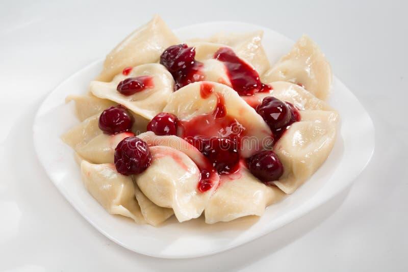 Domowej roboty tradycyjne Ukraińskie kluchy, vareniki z wiśniami zdjęcia royalty free