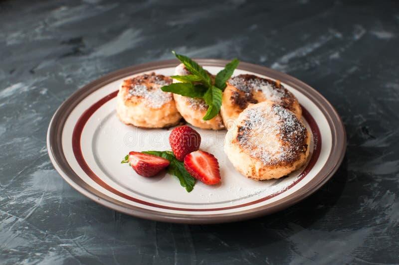 Domowej roboty tradycyjni Ukraińscy i Rosyjscy cheesecakes, odgórny widok zdrowa ?ywno?? zdjęcie stock