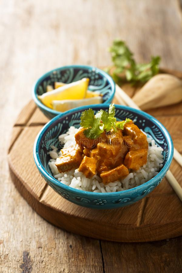 Domowej roboty tradycyjny kurczaka curry z ryż z świeżymi ziele zdjęcie stock