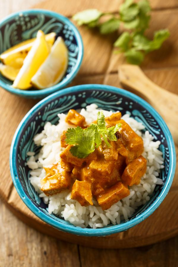 Domowej roboty tradycyjny kurczaka curry z ryż z świeżymi ziele obraz stock