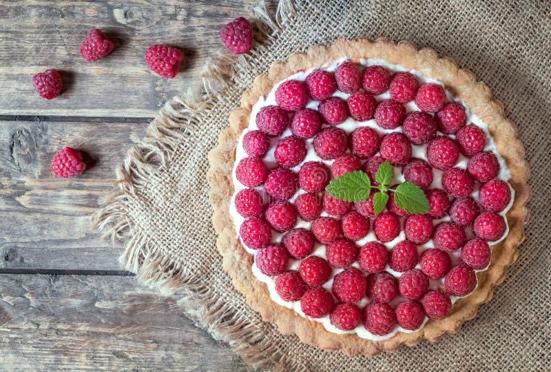 Domowej roboty tradycyjny słodki malinowy tarta kulebiak z fotografia stock