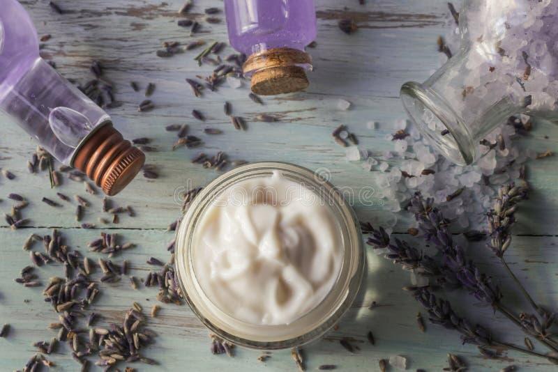 Domowej roboty twarzowa śmietanka, mydło, tonika i lawendowe kąpielowe sole, zdjęcie royalty free