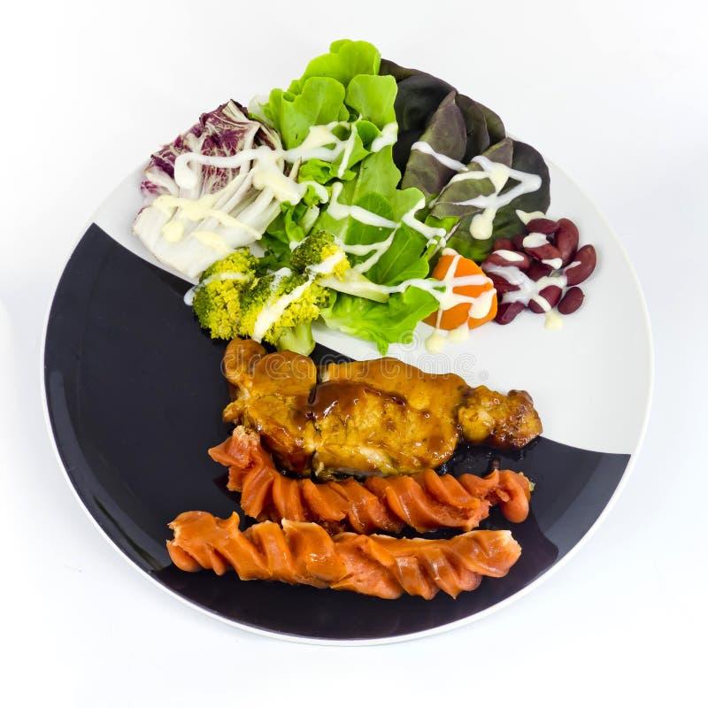 Domowej roboty Uwędzona grill wieprzowina z kiełbasą z kumberlandem obraz royalty free