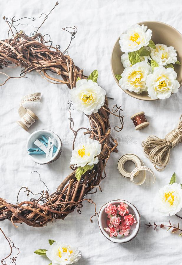 Domowej roboty wianek z kwiatami i akcesoriami dla rzemiosło twórczości na lekkim tle, odgórny widok zdjęcie royalty free