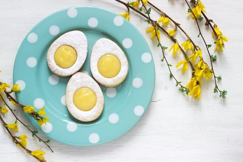 Domowej roboty Wielkanocni cytryn ciastka, forsycje kwitnie gałązki na lekkim tle i obraz royalty free