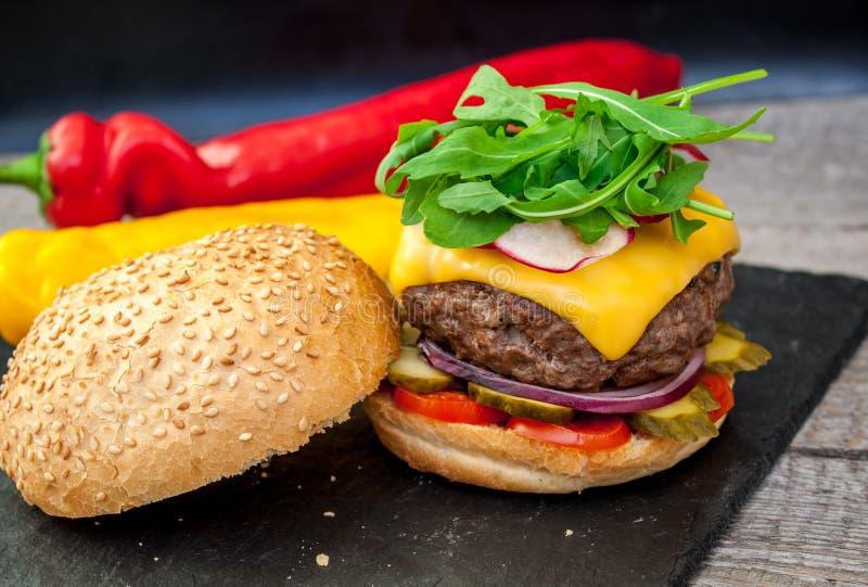 domowej roboty wołowina hamburger obrazy stock